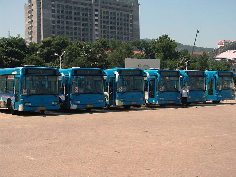 bus locaux de Yantai, sur dominante de bleu, l'utilisation intenssive est visible
